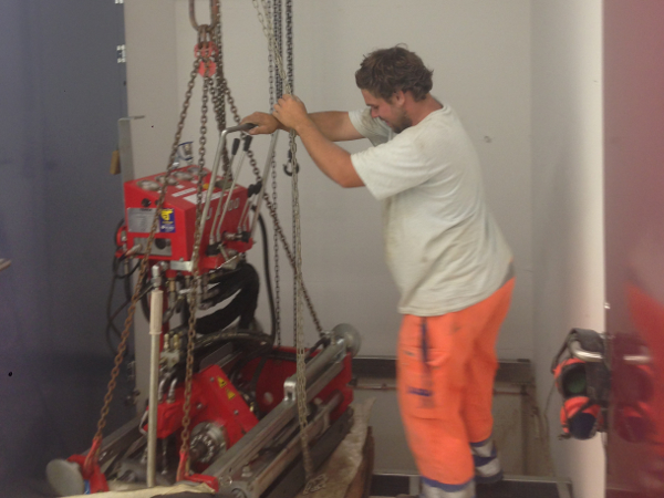 Bohrlafette wird in Position gebracht, HDD drill rig is lifted in position © TERRA AG, Reiden, Switzerland